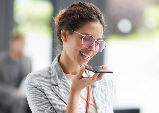Mulher gravando áudio no celular