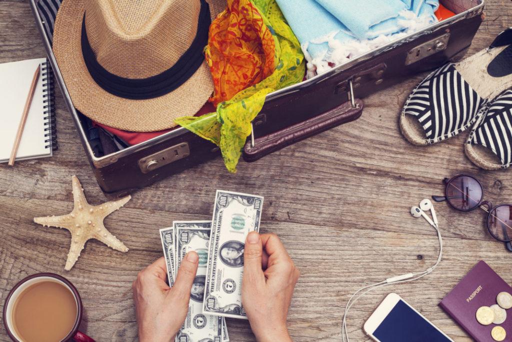 O processo de planejamento de uma viagem para as pessoas é algo assim: procuram economizar muito dinheiro, escolhem um lugar que lhes permita viajar com o que economizaram, selecionam datas, pedem férias, compram passagem aérea , saiam de viajar, eles esperam que o dinheiro chegue durante o tempo em que estiverem viajando e se não, eles vão usar o cartão de crédito para pedir um pouco ou muito emprestado. Mas planejar uma viagem é muito mais do que isso, pelo menos se você quiser viajar para o lugar que sempre quis, não apenas aquele que chega até você. Faça o seu plano e saiba o que tem que fazer para o levar a cabo, trata-se de finanças pessoais para viajantes. Vou dividir esta seção em 3 partes: antes da viagem, durante a viagem e depois da viagem. Cada um deles dirá como evitar ou impedir que a taxa de câmbio afete sua viagem tanto quanto possível. Como viajar quando o dólar está caro - Antes da viagem